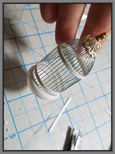 Miniature Bird Cage Tutorial No soldering! Dollhouse Miniature Tutorials, Miniature Crafts, Miniature Houses, Diy Dollhouse, Dollhouse Miniatures, Antique Dollhouse, Miniature Dolls, Miniature Furniture, Doll Furniture