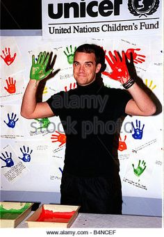 Robbie Williams gets his hands dirty November 1999 for children s rights at Bethnal Green Children Museum for UNICEF - Stock Image