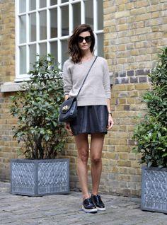 grey jumper + leather skirt (evtl mit schwarzen low chucks!)