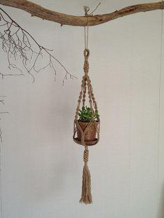 麻ひもをつかいマクラメ技法による手編みのプラントハンガーです。 鉢に入れた植物などを吊るしたりします。 ハンドメイド、手作り、手仕事品の通販・販売・購入ならCreema。