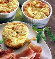 Ein Soufflé mit Parmesan und Parmaschinken Snacks, Potato Salad, Mashed Potatoes, Cooking, Breakfast, Ethnic Recipes, Sweet, Food, Muffins