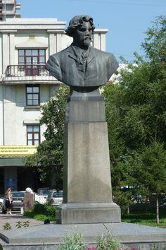 22 июня 1954 года в сквере на улице Ленина (рядом с администрацией края) установлен памятник художника архитектора В. Д. Кирхоглани и скульптора Л. Ю. Эйдлин. Когда это место было сквером Всехсвятской церкви, которая до настоящего времени не сохранилась, в этой церкви крестился художник.