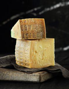 ASIAGO D'ALLEVO (cioè stagionato per 9-18 mesi). Latte di vacca lasciato riposare da 6 a 12 ore in apposite vaschette, per permettere la scrematura.