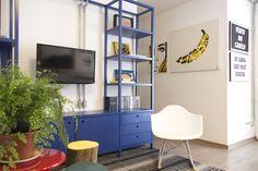 Decora Rosenbaum Temporada 1 - Sala Daltônico. Estante azul, quadros Johnny Betti. Foto: Felipe Felco Valle