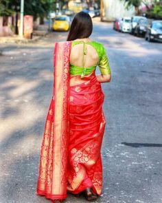 Have a look at the latest blouse designs trends for this year. Read on. Saree Blouse Neck Designs, Fancy Blouse Designs, Saree Blouse Patterns, Stylish Blouse Design, Saree Look, Indian Designer Outfits, Silk Sarees, Kanjivaram Sarees, Saris