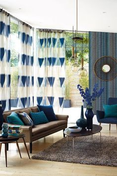 oturma odasinda petrol mavisi kullanimi duvar rengi koltuk yastik perde rengi uyumlu oldugu renkler (5)