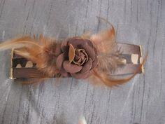 Bruine band met roos en veren
