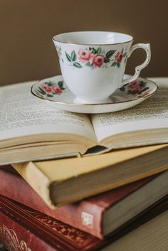 13 Amazing - Exquisite Home Interior And Decor Ideas : Indescribable white and pink teacup on top of opened book Cute Images, Cute Pictures, Tea Cup Image, Cozy Den, Tea And Books, Fun Cup, Healthy People 2020 Goals, Fantasy Books, New Series
