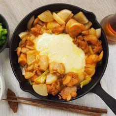今年は韓国発の「チーズタッカルビ」が流行りそう。鶏もも肉をコチュジャンで甘辛く炒めたら、とろ~りチーズをからめてアツアツをぱくり。野菜もたっぷり入れて、バランス満点の一品に仕上げました。この一皿で流行を先取りっ!