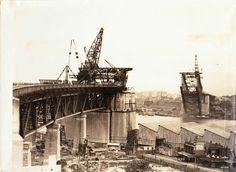Construction of the Sydney Harbour Bridge.  🌹