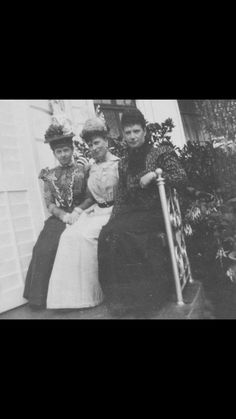 Princess ( later Queen) Mary in middle, with Empress Marie on the right