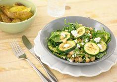 Een gerecht met knapperige aardappelen, geitenkaas, komijnzaad en een frisse salade