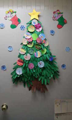 Àrbol de navidad hecho de manitas de papel de niñxs. :)