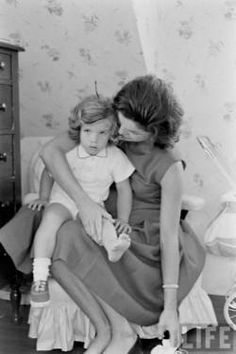 Jacqueline Kennedy Photographs: Jackie Kennedy Casual and Family Life Archive Caroline Kennedy, Jacqueline Kennedy Onassis, Estilo Jackie Kennedy, Jaqueline Kennedy, Les Kennedy, John Kennedy, Sweet Caroline, Familia Kennedy, John Junior
