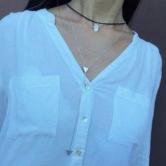 Tudo prata! #colartriangulo #colarcouro #mãodedeus #mairabumachar www.mairabumachar.com.br