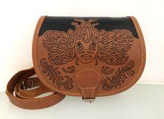 """Sac en cuir - """"Rêverie""""- illustration gravée à la main puis encrée, pièce unique en vente sur etsy ! #art #handmade #artisanal #girl #tattoo #nature #plants #inked #leathergoods #leatherwork #maroquinerie"""