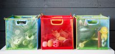 Krabice v kombinacích zelená/tyrkysová a červená/oranžová plné hraček