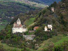 """castel Trostburg, Westansicht der Trostburg, rechts """"Römerturm"""" (Kreideturm), darunter """"Pfaffenturm"""" mit """"Michaelstor"""" und Kaserne"""