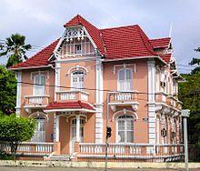 As Casas de Cultura da Universidade Federal do Ceará formam o maior programa de extensão universitária em ensino de idiomas no país.[206]  Na imagem, uma delas, a Casa de Cultura Alemã.