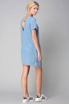 Robe en denim avec dos décolleté + baskets Adidas Superstar = le bon mix >> http://www.taaora.fr/blog/post/tenue-adidas-superstar-robe-en-jean-bleu-clair-decollete-dos