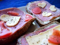 Sandwiches with heart http://www.codogara.pl/7068/kulinarne-niespodzianki-dla-ukochanej-osoby/