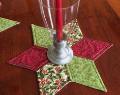 Viste tu mesa de comedor, mesa o aparador con este adorno de mesa hermosa. Es el tamaño perfecto para la visualización de un arreglo floral, un grupo de fotos enmarcados o una vela. Se hace de un surtido de telas de acolchar premium. Este adorno de la mesa es la máquina de acolchado para mejorar el empalme de las telas. La tela de forro es neutral oro de impresión que puede utilizarse durante todo el año. La capa media del tejido es una capa de guata de algodón cálido y Natural. Es la…