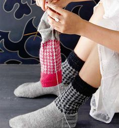 """25 farbenfrohe und kuschlige Socken-Modelle zum Selberstricken für glückliche Füße Kerstin Balke, Bloggering und Autorin dieses Buches, weiß, was Füße wollen: Soxx im Stil von """"Stine & Stitch"""". In diesem Strickbuch finden Sie 26..."""