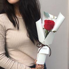 "1,468 Likes, 12 Comments - FRENCH FLOWER SHOP LA REVE 라레브 (@ouilareve) on Instagram: ""꽃을 디자인하다. THE FRENCH FLOWER SHOP LA REVE . . 줄리엣 로즈로 만든 핸드타이드^^. 색감이나 모양이나 어느것하나 빠지는게 없는 꽃이예요! 너무…"""