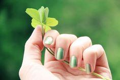 Pantone roept groen uit als kleur van het jaar 2017. Denk aan appeltjesgroen, limoengroen, maar ook de kleur van avocado, peer, paprika en druiven. https://www.beautyspot.nl/nieuws/10-nageltrends-lente-zomer-2017