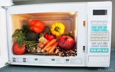 Microwave has become an essential thing in the kitchen. But there are certain things that you should never pop inside your microwave to stay healthy. Microwave Recipes, Crockpot Recipes, Microwave Food, Warm Salad, Micro Onde, Convenience Food, How To Stay Healthy, Healthy Tips, Healthy Meals