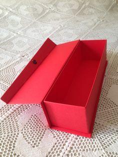 Caixa para bebida em color plus vermelho com fecho em velcro. Temos para pronta entrega! Venha conhecer ou agende uma visita! -SeeYou-