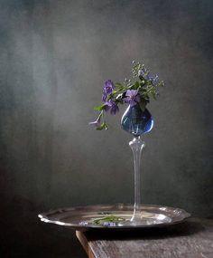 Raindrops and Roses: Photo Beauty Photography, Dark Food Photography, Still Life Photography, Still Life Photos, Still Life Art, Raindrops And Roses, Still Life Flowers, Arte Floral, Ikebana
