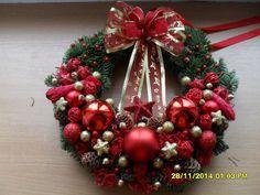 Věnec na dveře červeno zlatý Christmas Art, Christmas Wreaths, Pine Cones, Holiday Decor, Home Decor, Felt Wreath, Decorative Objects, Christmas Ornaments, Ideas