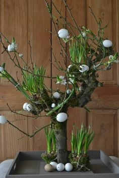 ▷ ideas for wooden Easter decorations in the house or garden - Make Easter decorations and decorate them with eggs - Deco Floral, Arte Floral, Floral Design, Easter Flowers, Spring Flowers, Creation Deco, Easter Crafts, Easter Ideas, Happy Easter