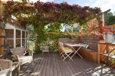 Cozy patio with built-in bench and planting table Whilst age-old in principle, the actual pergola Planter Boxes, Planters, Cozy Patio, Wooden Ceilings, Neutral Color Scheme, Built In Bench, Outdoor Furniture Sets, Outdoor Decor, Pergola Designs