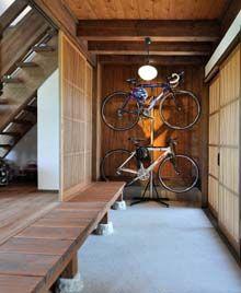 広い土間玄関には、ご夫婦の自転車をカッコ良く収納。