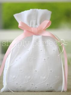 Bomboniere for a baptism - I this lace like sangallo lace! Homemade Wedding Favors, Wedding Favours, Wedding Gifts, Lavender Bags, Lavender Sachets, Craft Gifts, Diy Gifts, Sachet Bags, Fabric Gift Bags