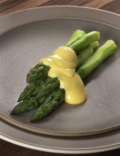 Hollandaise sauce with asparagus