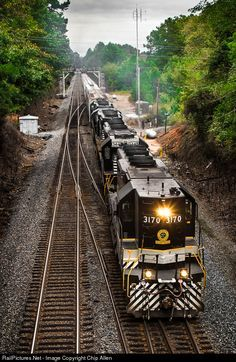 High quality photograph of Southern Railway EMD # SOU 3170 at Toccoa, Georgia, USA. Toccoa Georgia, Old Steam Train, Milwaukee Road, Southern Railways, Railroad Photography, Norfolk Southern, Train Pictures, Old Trains, Train Engines