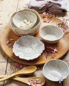 Coupelles en porcelaine modelées à la main avec des motifs à l'emporte-pièce