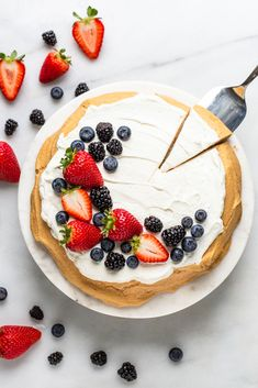 Nutritious Snack Tips For Equally Young Ones And Adults This Is One Of Those Desserts That Looks Fancy But Is So Simple To Make This Easy Keto Berry Pavlova Is Light And Makes For The Perfect Summer Treat. Pavlova Cake, Pavlova Recipe, Meringue Pavlova, Muesli, Key Lime, Gluten Free Desserts, Delicious Desserts, Healthy Desserts, Healthy Foods