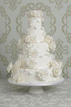 Witte bruidstaart met rozen