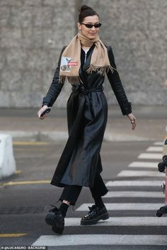 When it is not cold enough to wear thick trench coat outfit Trench Coat Outfit, Leather Trench Coat, Trench Coats, Black Coat Outfit, Bella Hadid Outfits, Bella Hadid Style, Mode Dope, Stylish Coat, Mode Hijab