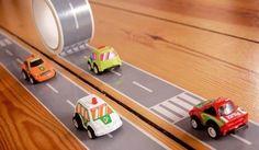 Il rotolo di nastro removibile raffigura una strada cittadina a due corsie: è' il modo più veloce per costruire una pista per macchinine o un'intera città.