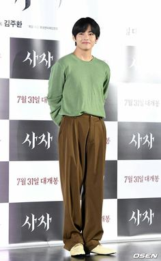 190730 Taehyung went to the VIP screening of The Divine Fury, Park Seo-joon's new movie. Jung So Min, Bts Taehyung, Kpop Fashion, Korean Fashion, Boys Lindos, Bts Inspired Outfits, Seo Joon, Mode Inspiration, K Pop