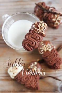 I Viennois (pron; viennuà) sono biscottini fatti con la frolla montata, ovvero una frolla molto più morbida della classica, per cui non ...