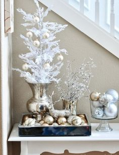 Don't we all dream of having a white Christmas. Snow and Christmas usually go together, but there are regions where snow is rarely seen. Here are some spectacular and sparkling White Christmas decoration ideas that would help you to celebrate create a … Decoration Christmas, Noel Christmas, Xmas Decorations, All Things Christmas, Ornaments Ideas, Christmas Vignette, Gold Ornaments, Mini White Christmas Tree, Christmas Ornaments