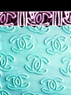 Chanel cupcakes and cookies Cake Chanel, Chanel Cookies, Chanel Cupcakes, Gucci Cake, Chanel Birthday Cake, Themed Birthday Cakes, 16th Birthday, Cupcake Tutorial, Cake Topper Tutorial