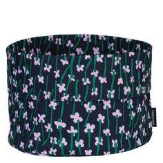 Der vielseitig einsetzbare Marimekko Apilainen Brotkorb Dunkelblau F/S 20 ist Teil einer limitierten Auflage für das Frühjahr 2020. Aus einem pflegeleichten Baumwoll-Leinen-Gemisch gefertigt, eignet sich der Korb hervorragend zum Servieren von frischen Brötchen beim Frühstück. Aber auch als elegante Aufbewahrungsmöglichkeit im Badezimmer lässt sich der schicke Korb zweckentfremden. #found4you #marimekkoapilainen #marimekko #brotkorb #marimekkoFS20 #design Marimekko, Design, Home Decor, Dark Blue, Linen Fabric, Full Bath, Decoration Home, Room Decor
