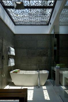bad modern gestalten mit tageslicht_kreative badgestaltung mit dachverglasung für ausreichendes licht kleiner badezimmer